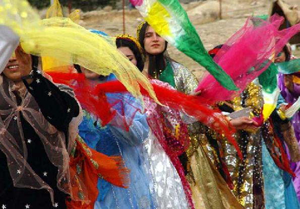 新郎新婦の門出を祝って踊る女性